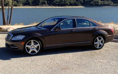 2013-Mercedes-Benz-S550-side-front-view-with-lake